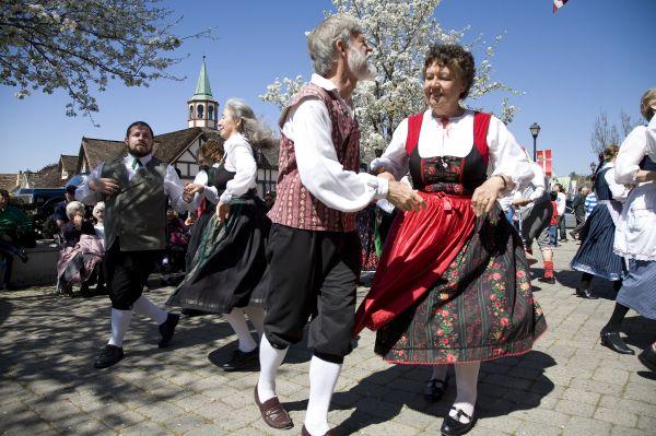 Solvang 0707 danish dancers